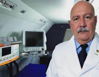 Médico dentro do avião preparando para decolar com a UTI AÉREA.