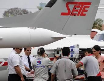 Equipe de médicos da Sete Táxi Aéreo preparada para o transporte aeromédico
