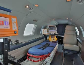 Ambulância esperando a aeronave responsável pelo transporte aeromédico.